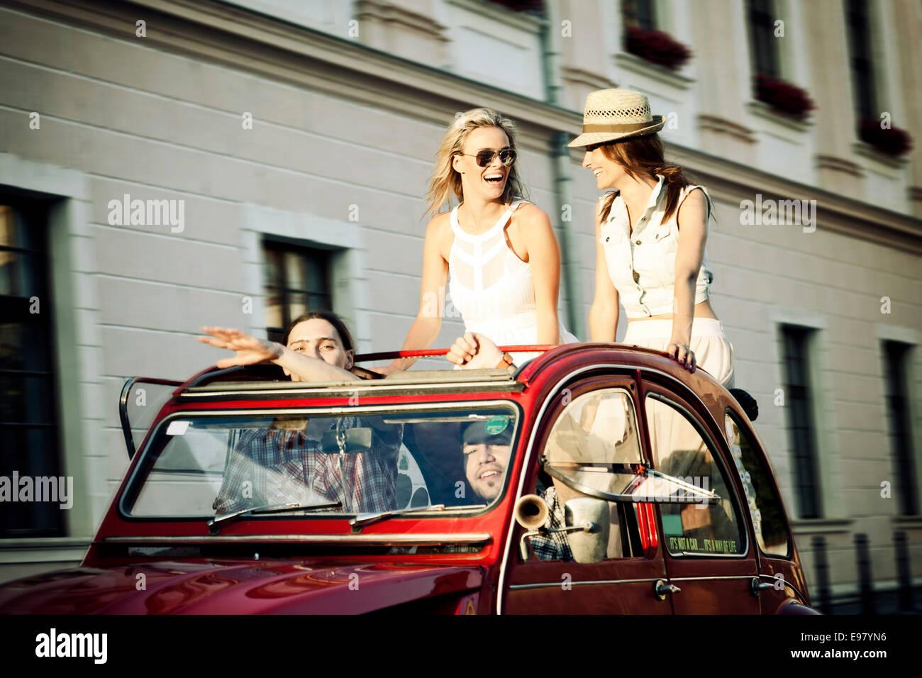 Junge Menschen in Oldtimer Fahrt durch die Stadt Stockbild