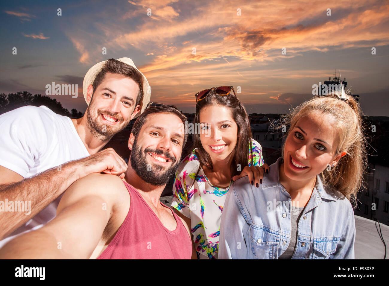 Junge Menschen, die Spaß an der Party auf dem Dach Stockbild