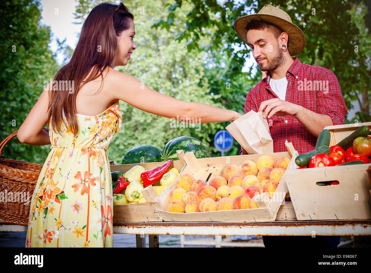 Frau Obst am Marktstand kaufen Stockbild