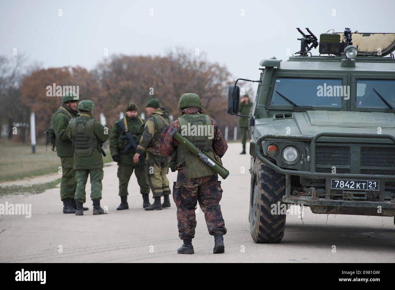 Russische Soldaten auf dem Flug Linie an Belbek Airbase. Das ...