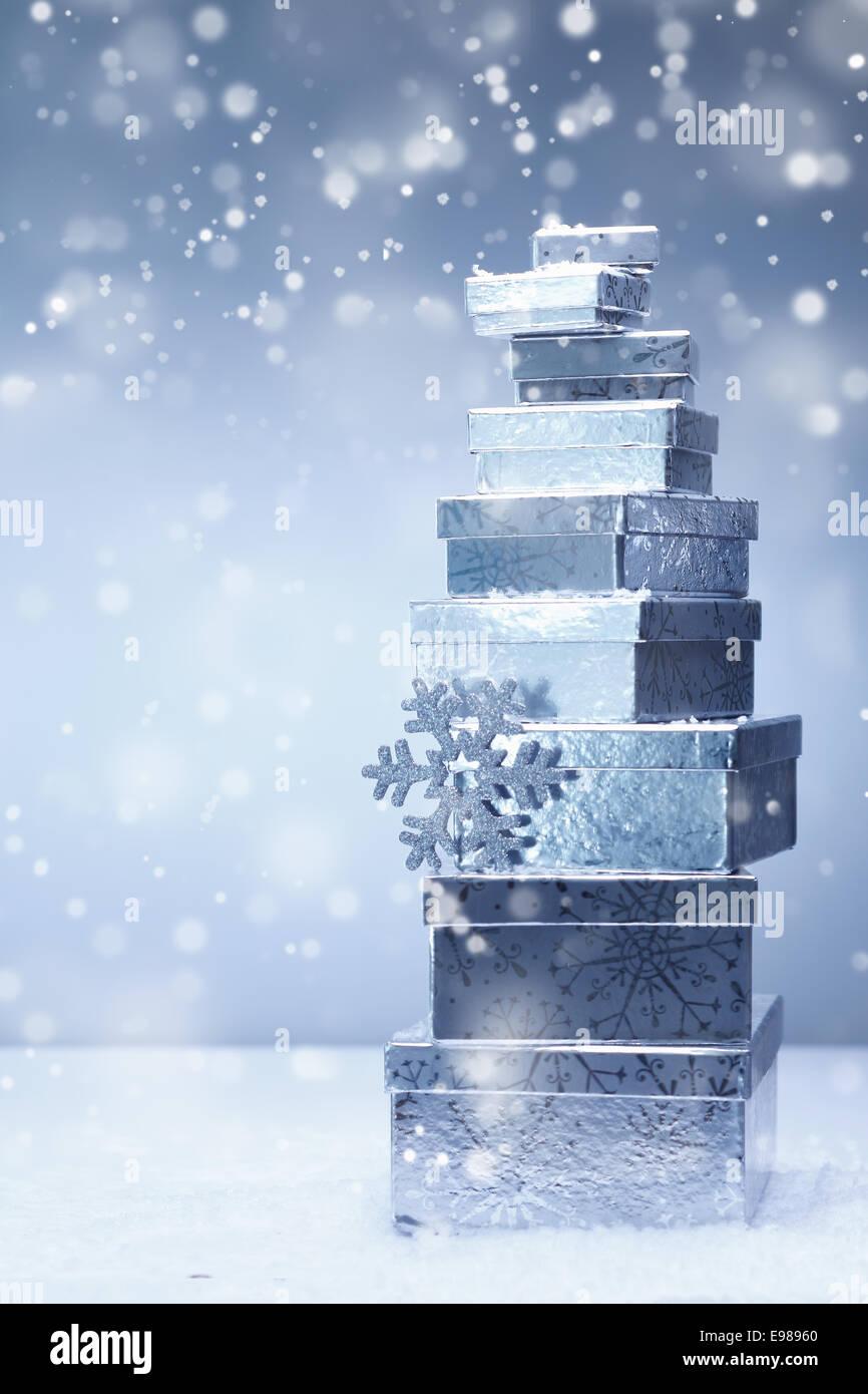 Ein gestapelter Turm Silber Weihnachtsgeschenke in absteigender ...