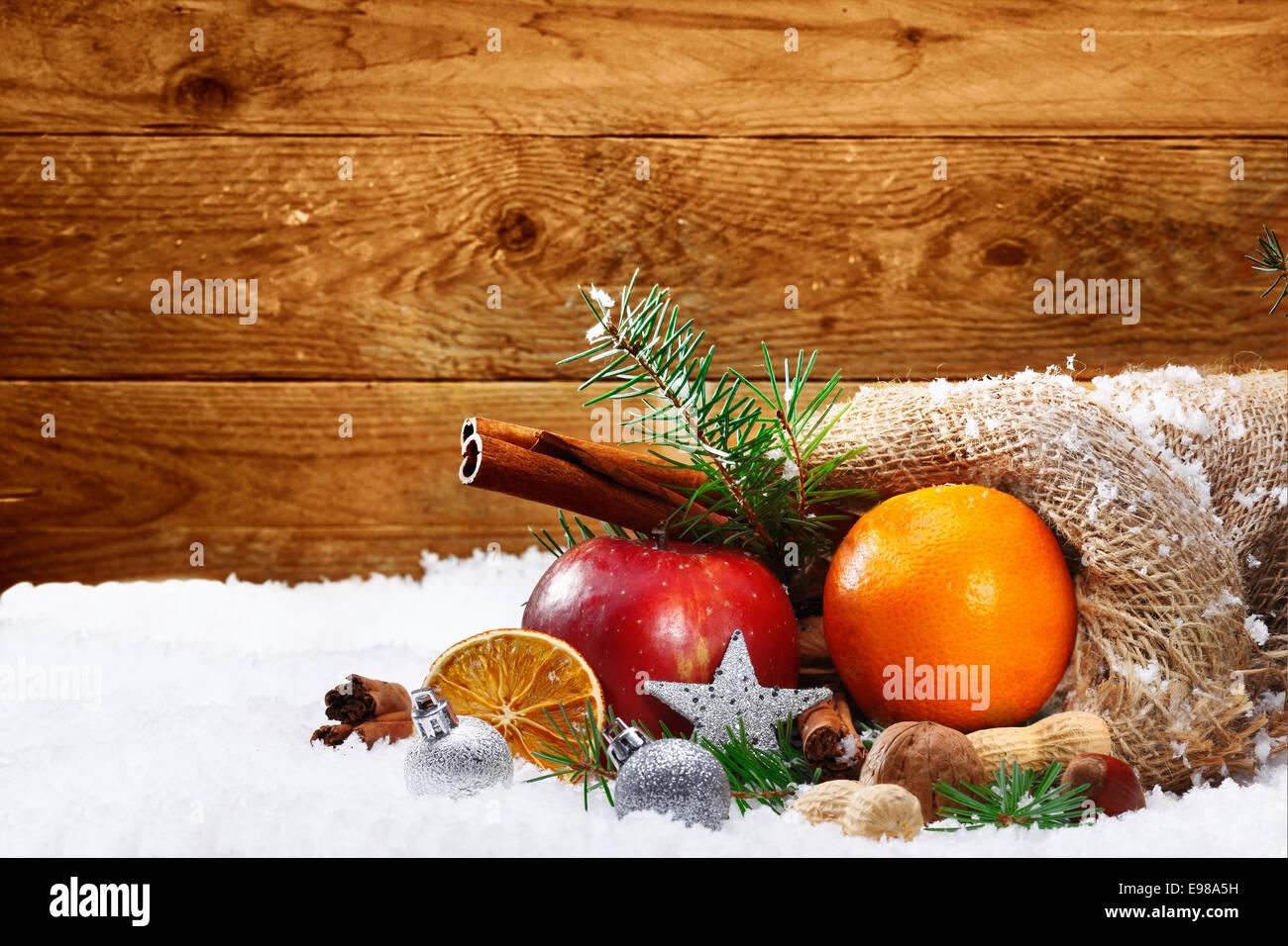 Künstlerische Weihnachten Stillleben mit buntem Obst und Gewürze aus ...