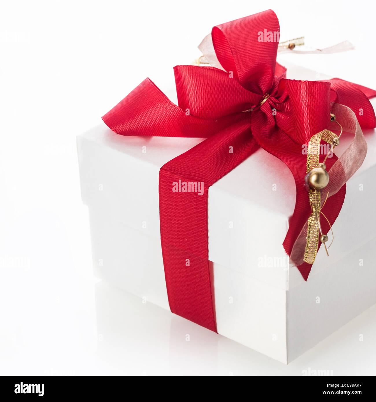 Dekorative rote schleife mit einem goldenen quaste und - Christbaumkugel englisch ...
