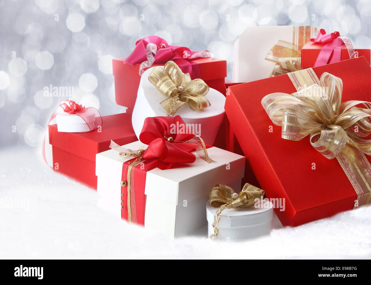 Schöne Weihnachtsgeschenke und Boxen mit dekorativen Schleifen und ...
