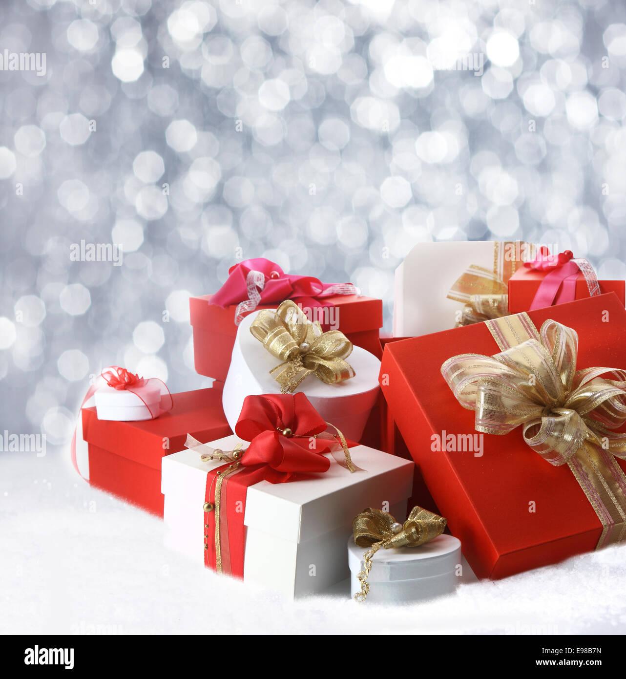 Sammlung von festliche dekorative Weihnachtsgeschenke in rot, weiß ...