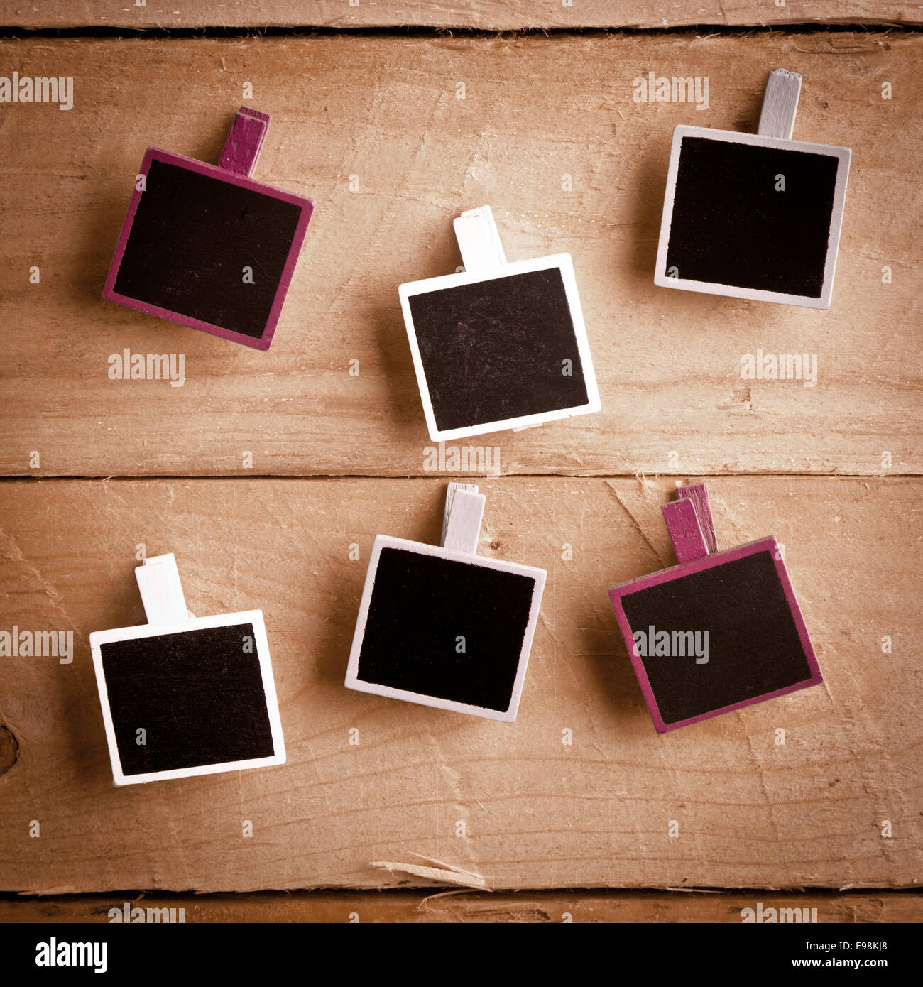 Sechs Squary Polaroid-Stil Bilderrahmen auf einem hölzernen ...