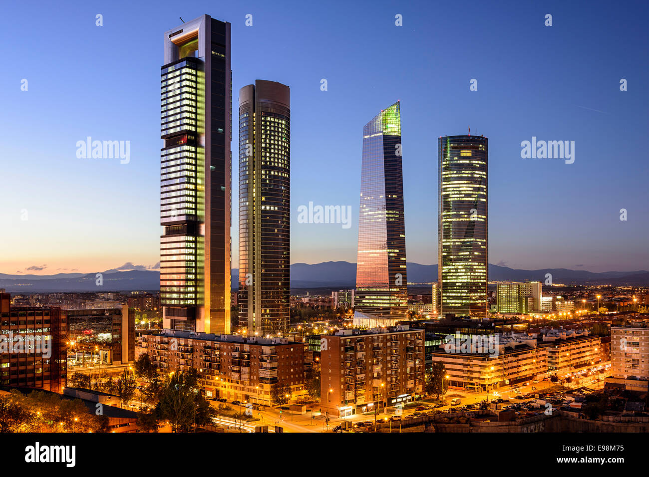 Madrid, Spanien Finanzviertel Skyline in der Dämmerung. Stockbild