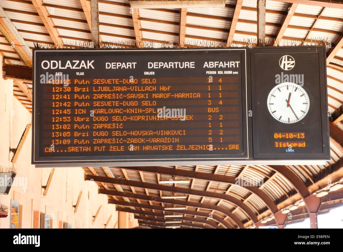 Zagreb-Bahnhof - Ankunfts- und Abfahrtstafel Stockbild
