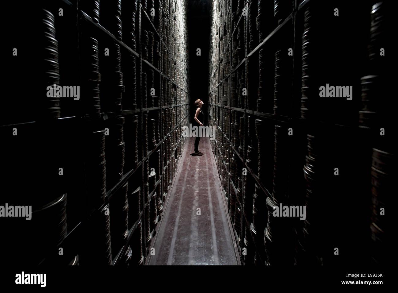 Porträt der weiblichen Mitarbeiter im Archiv BFI mit Lagerung Regale voller Filmrollen / Kartons Gehäuse Stockbild
