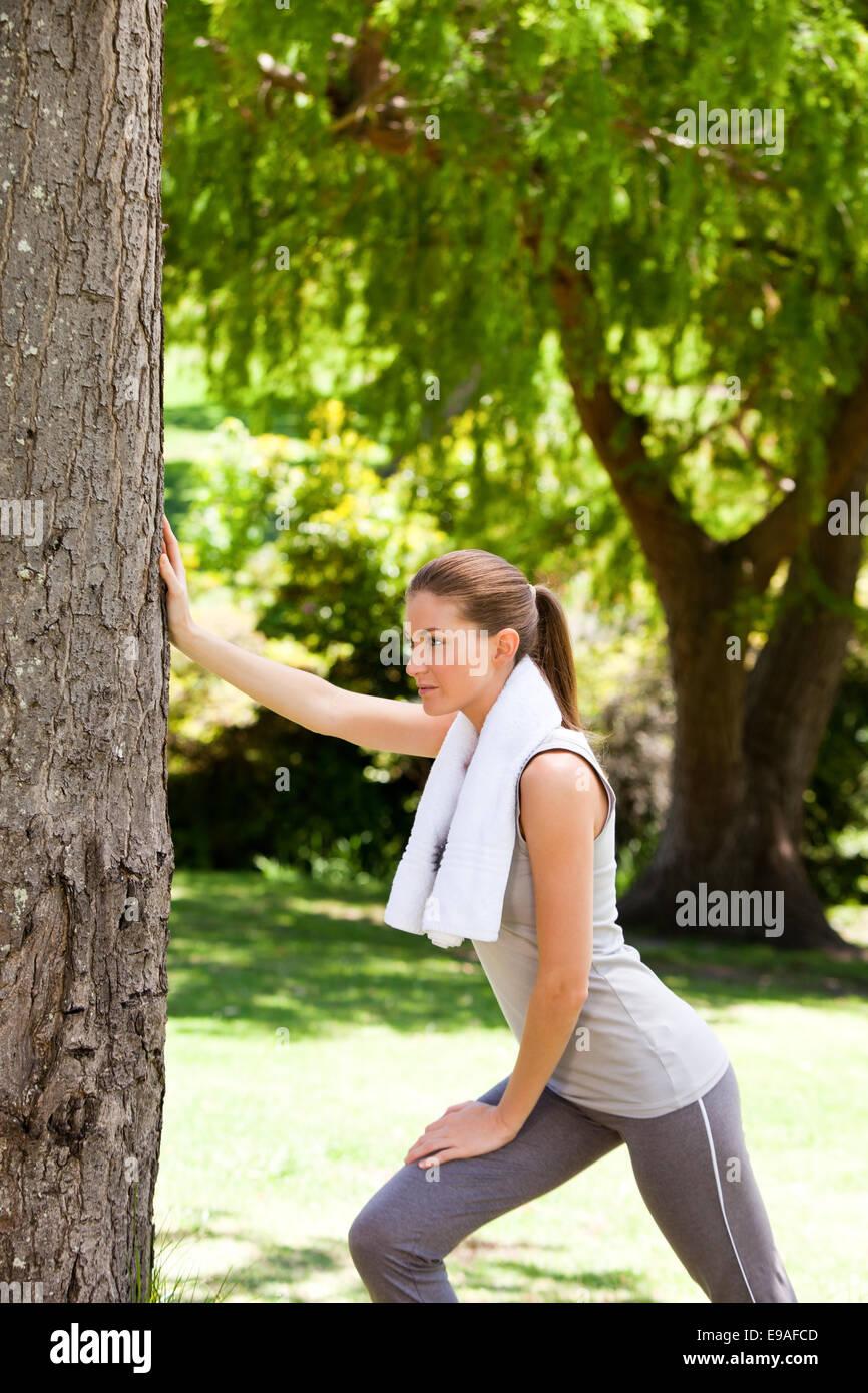 Behaarte Frau Befummelt Sich Im Park