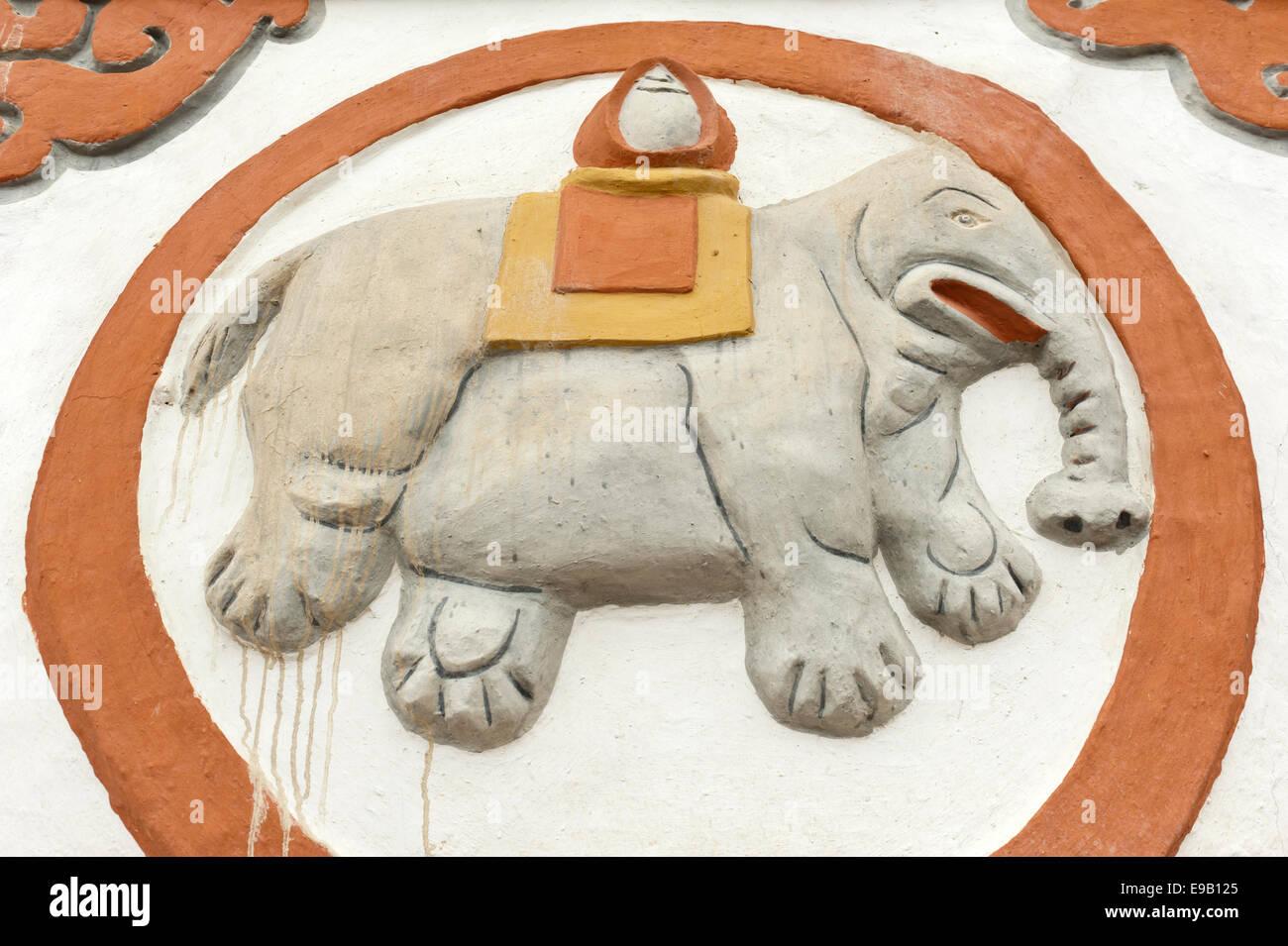 Buddhistische Stupa, Detail, Glückssymbol eines Elefanten, Sungda Chorten in Charang, Upper Mustang, Nepal, Stockbild