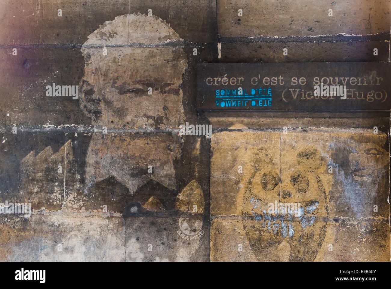 Schablone Graffito Porträt des französischen Schriftstellers Victor Hugo und ein Zitat: Ceer C´est Stockbild