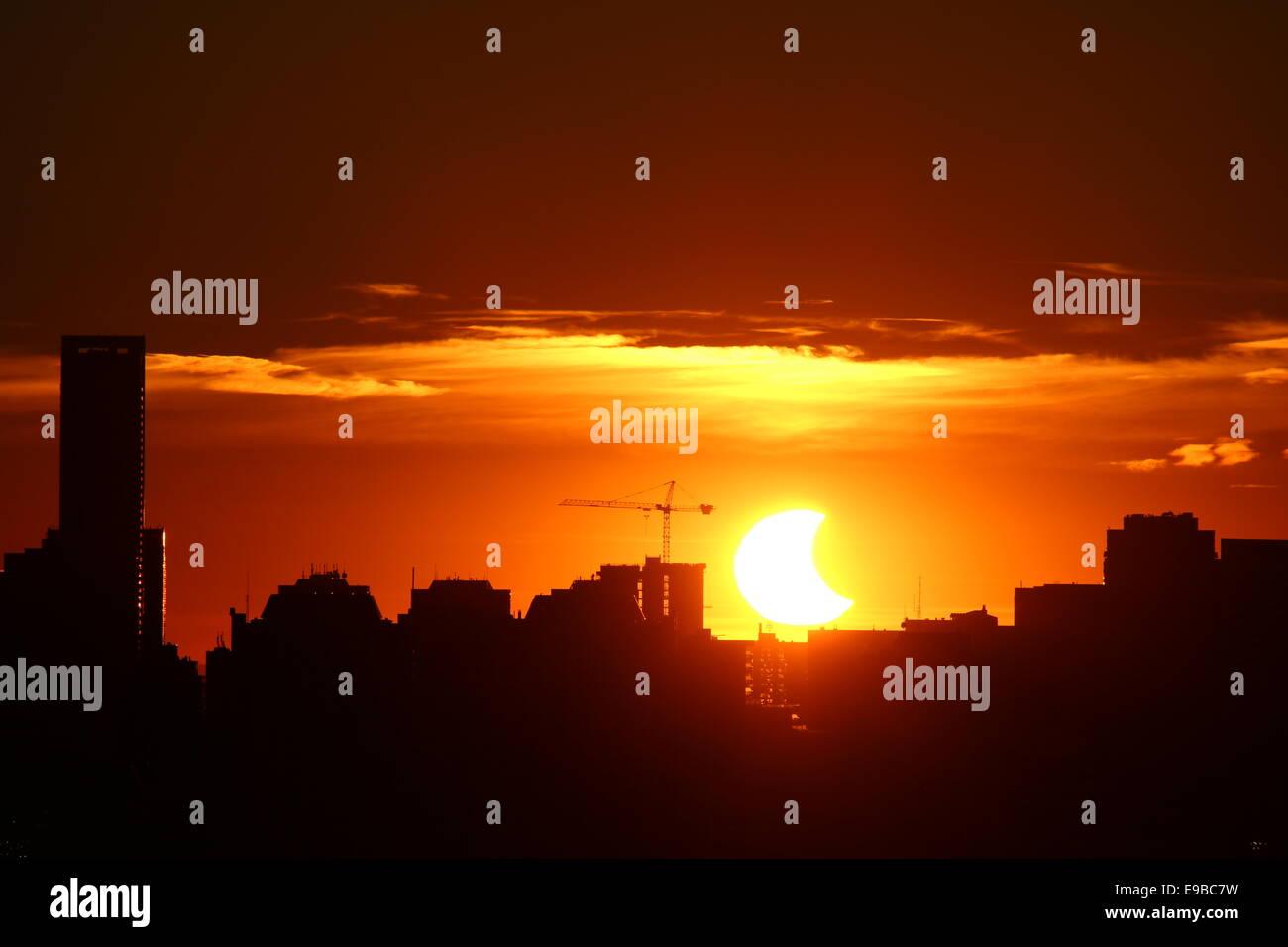 Toronto, ON, Kanada. 23. Oktober 2014. Wie der Mond die Sonne teilweise blockiert, nimmt Toronto einen Einblick Stockbild