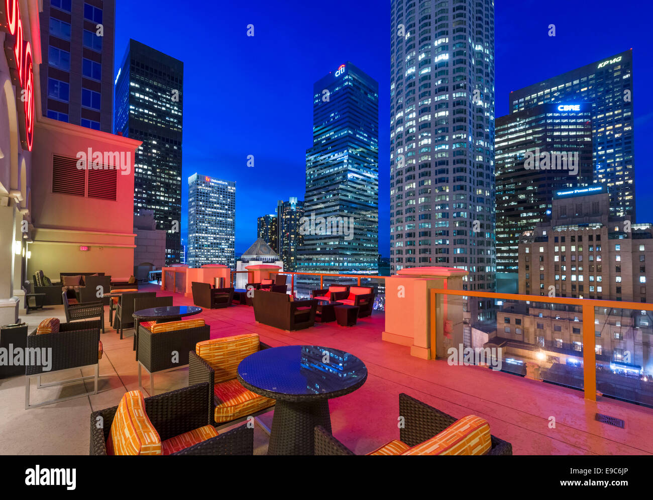 Los Angeles, Kalifornien, USA. Die Skyline der Innenstadt in der Nacht von der Dachterrasse des Hotels Hilton Checkers. Stockbild