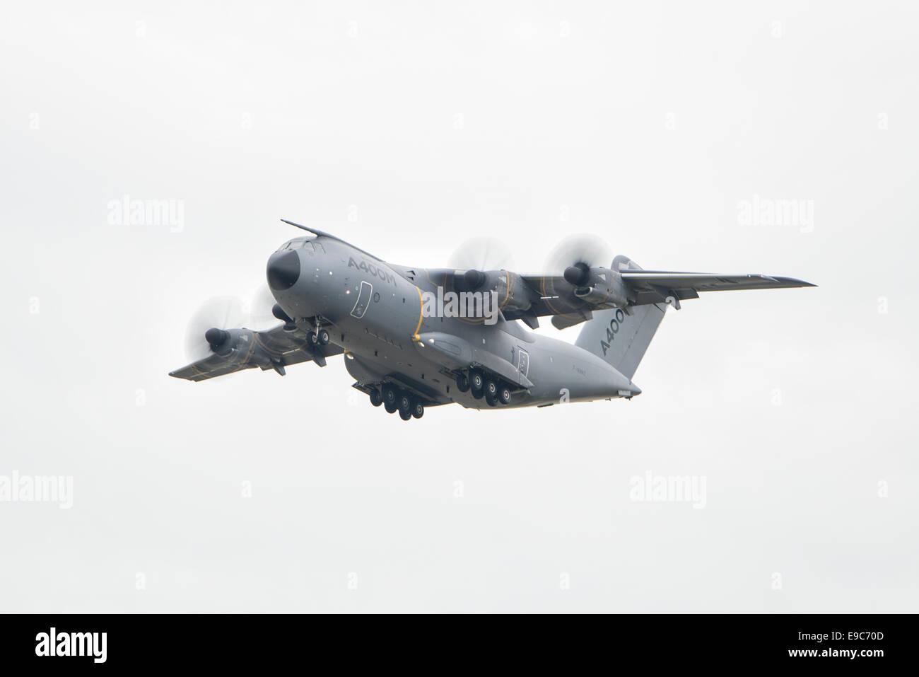 Der europäische Airbus A400 Atlas Military Transport Aircraft hat eine ungewöhnliche Propeller-Konfiguration. Stockbild
