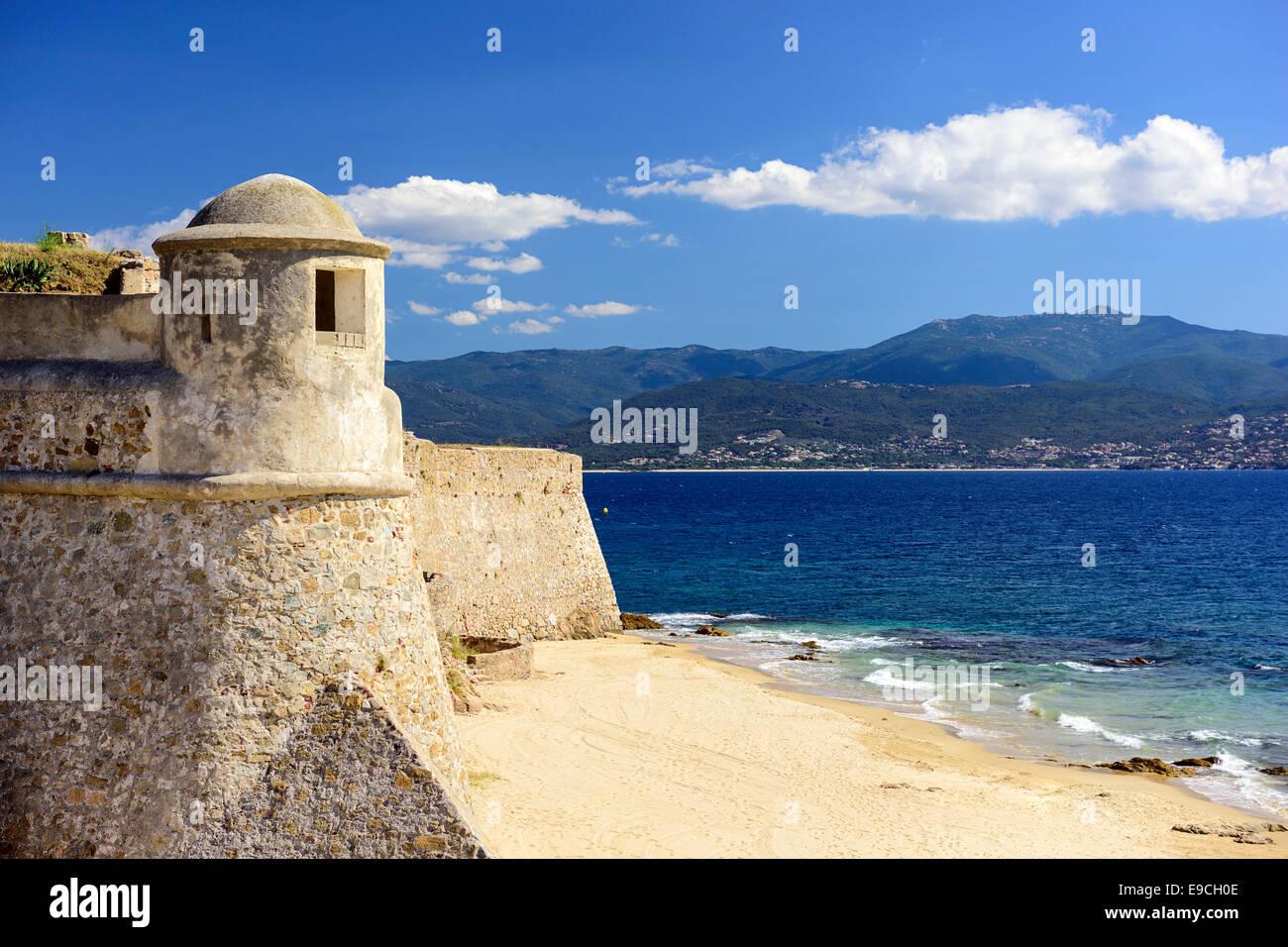 Korsika, Frankreich Zitadelle Miollis am Strand. Stockbild
