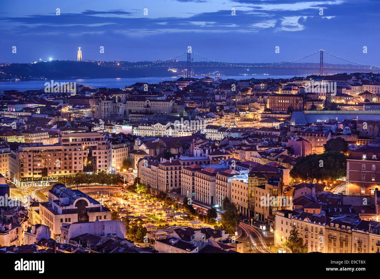 Lissabon, Portugal-Skyline bei Nacht. Stockbild