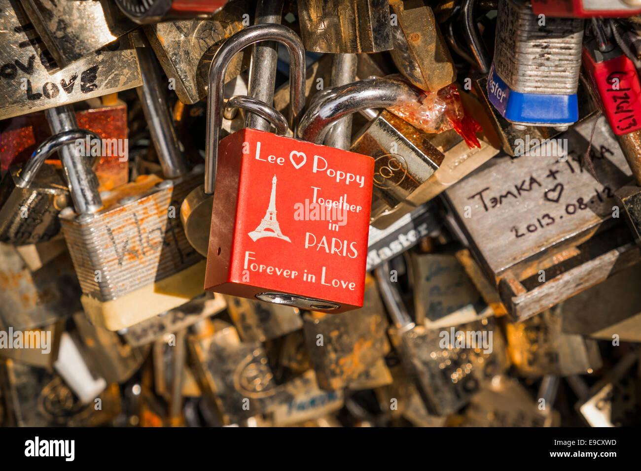 Rote Liebe Sperre mit der Gravur Lee, Mohn, in Paris, für immer in der Liebe, auf dem Geländer der Pont Stockbild