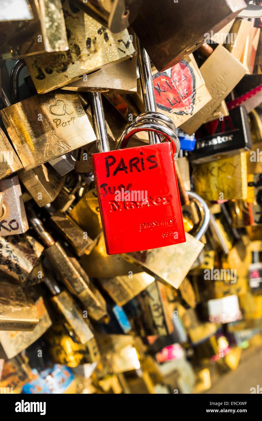Rote Liebe Sperre mit der handgeschriebenen Aufschrift Paris, Juni auf dem Geländer der Pont de L´archeveche Stockbild