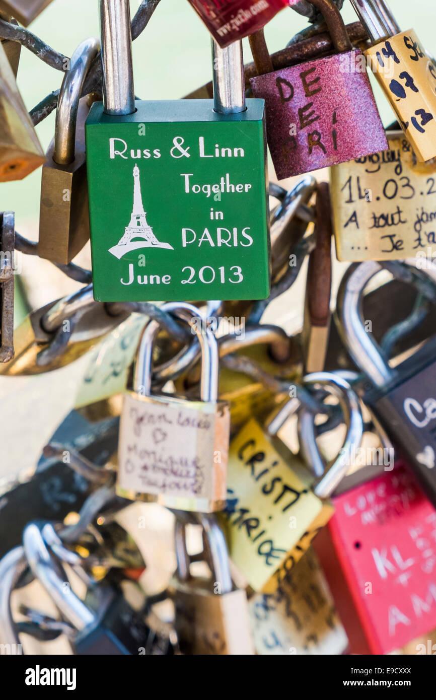 grüne Liebe Sperre mit der Gravur Russ & Linn, zusammen in Paris, Juni 2013, auf dem Geländer der Stockbild