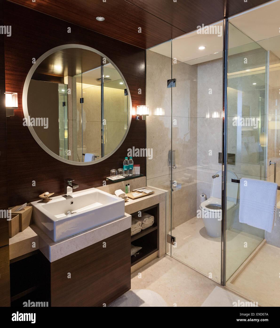 Luxus Hotel-Badezimmer Mit Voller Länge Glastüren