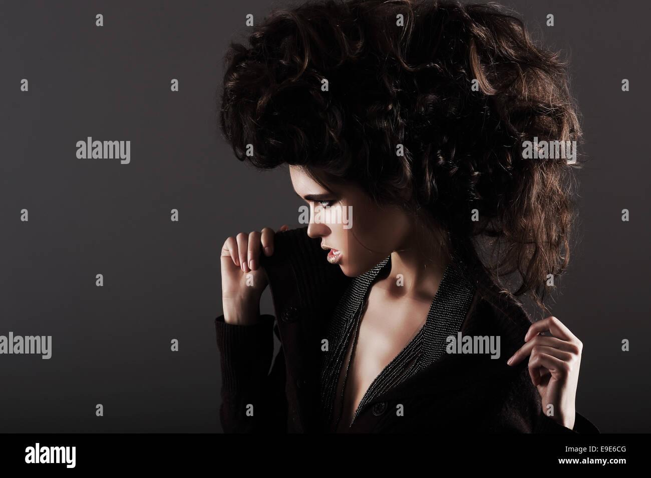 Hochsteckfrisur. Exzentrische Frau mit lockigen Haare gestylt Stockbild