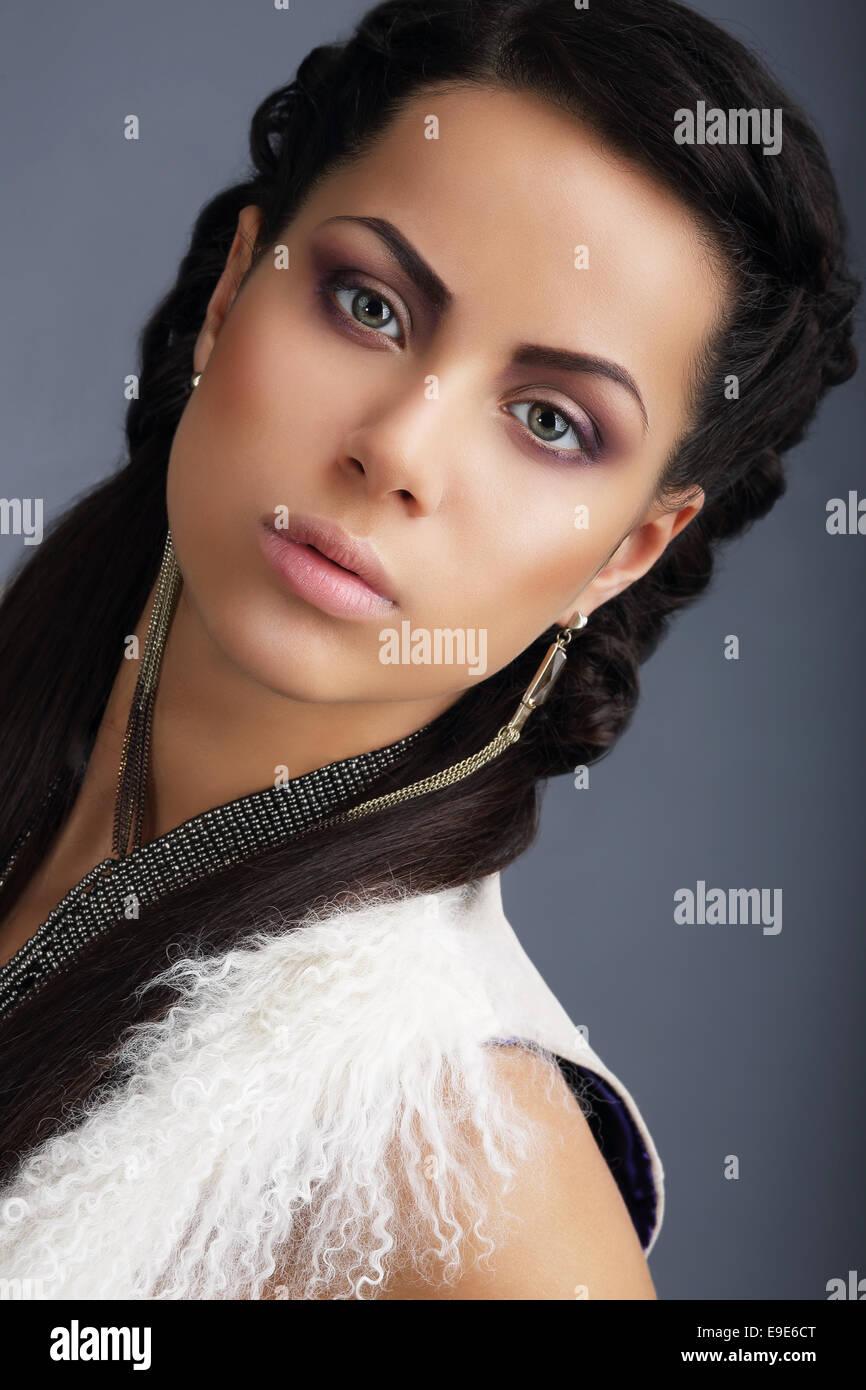 Faszination. Gesicht der junge gut aussehende Brünette mit Ohrringen Stockbild