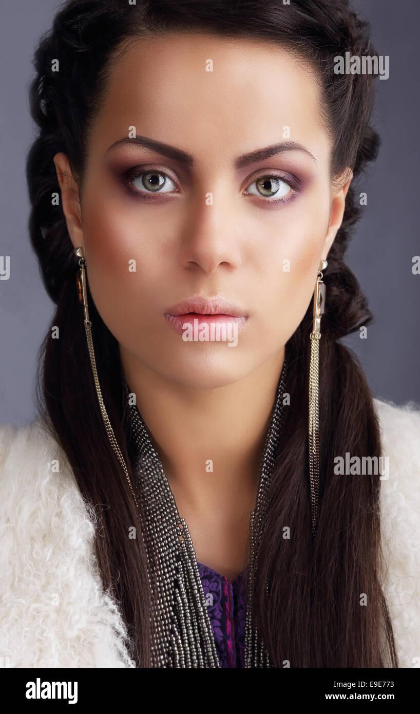 Porträt von pfiffigen Fotomodell mit lange Ohrringe Stockbild