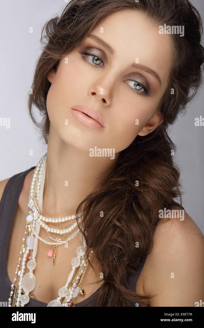 Natürliche Brünette mit Perlmutt Halskette mit Perlen Stockbild