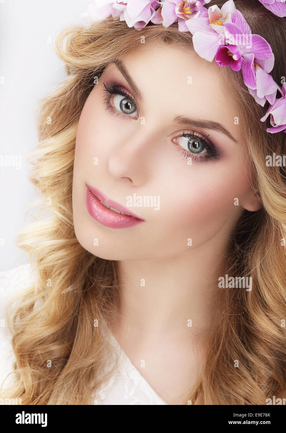 Charming Girl in Kranz aus Blumen Stockbild