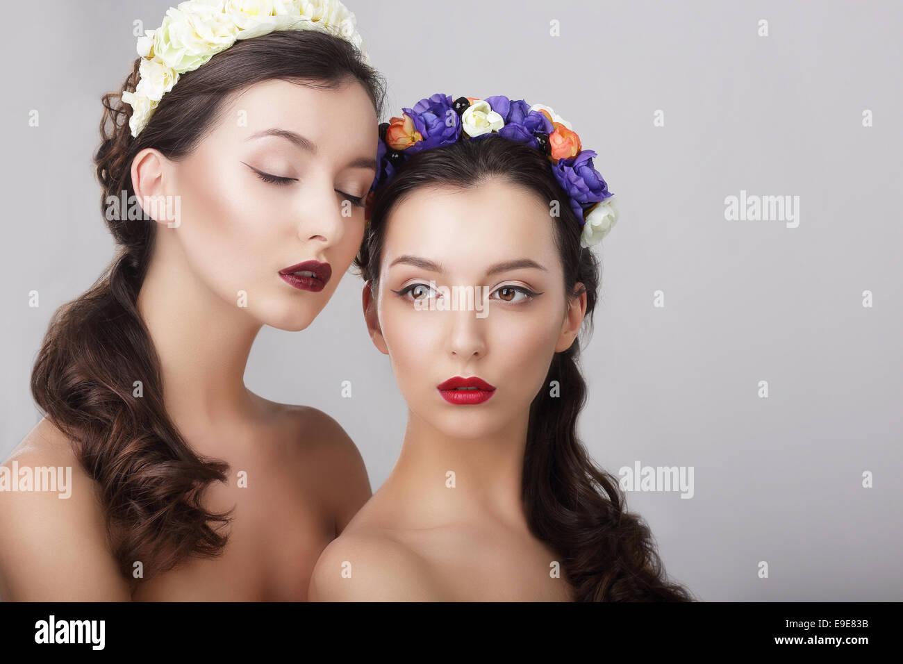 Stimmung. Glamour. Wunderschöne Frauen in Blumenkränze Stockbild