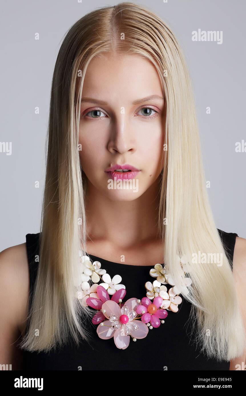 Ornamentik. Pfiffigen blonde Frau mit Blumen Halskette Stockbild
