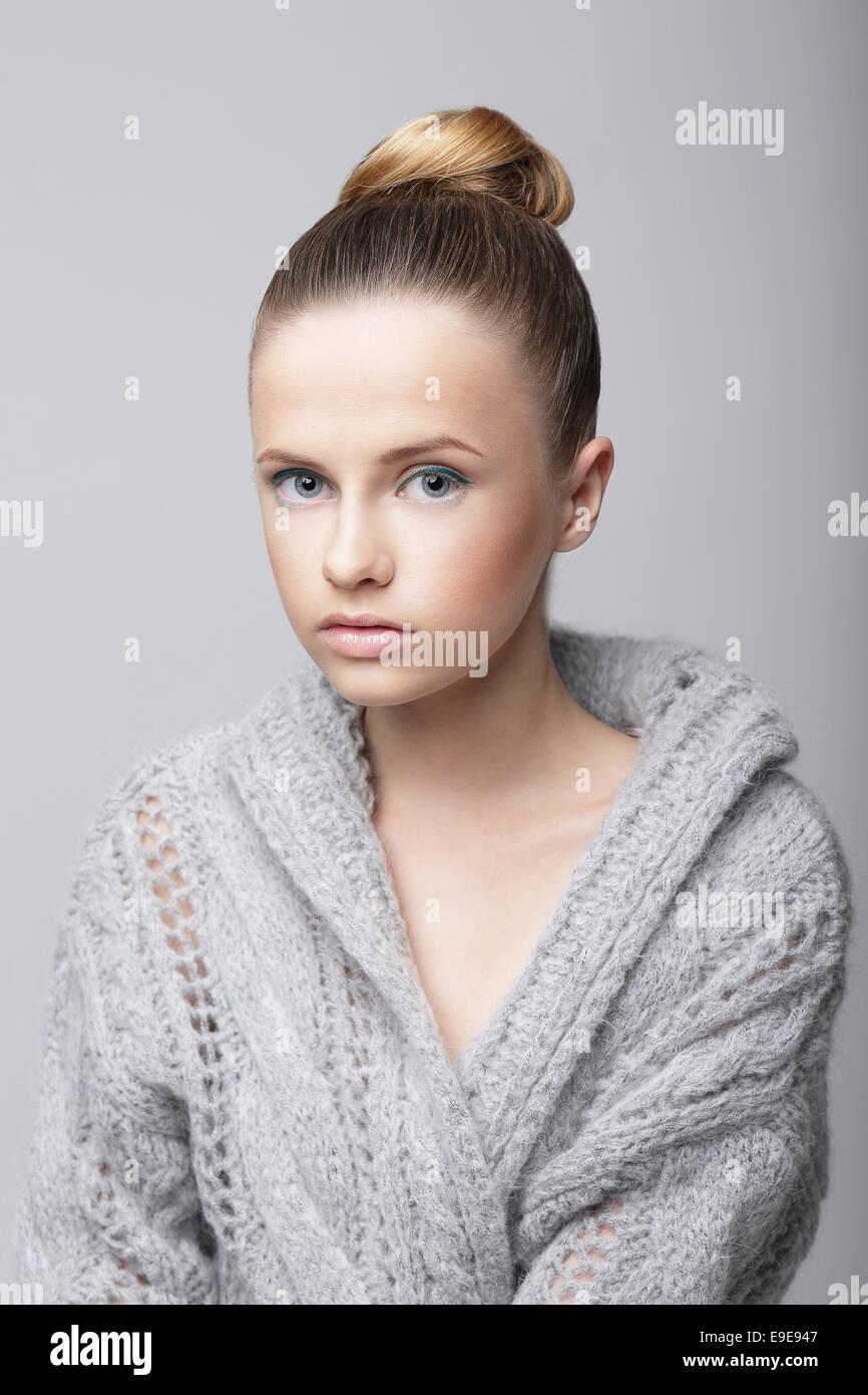 Studio-Porträt der jungen Frau in grau wollene Strickjacke Stockbild