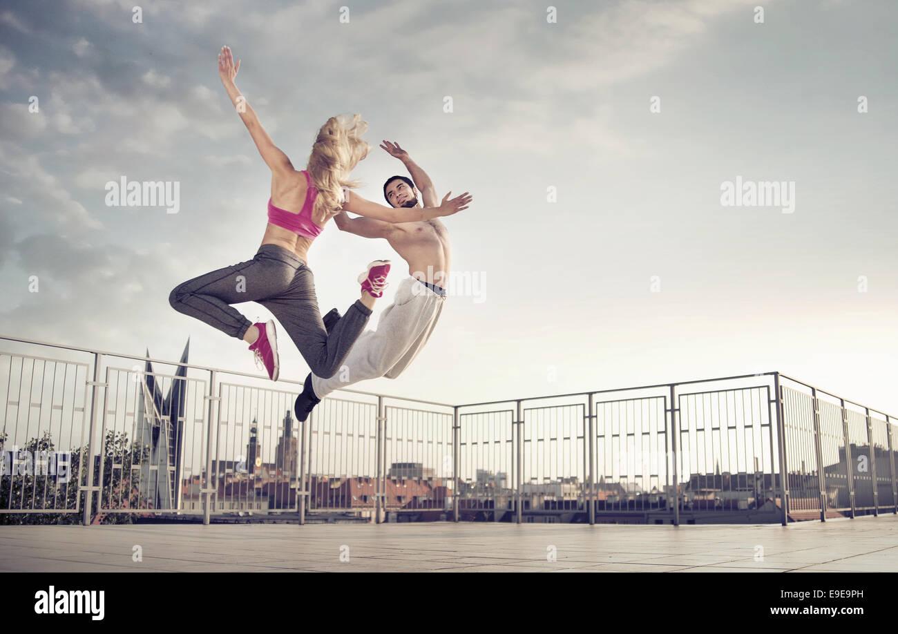 Sportliche paar während der harten Sprung-Ausbildung Stockbild
