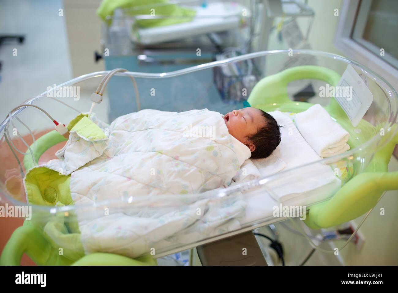 Neugeborenen im krankenhaus stubenwagen schlafen stockfoto bild