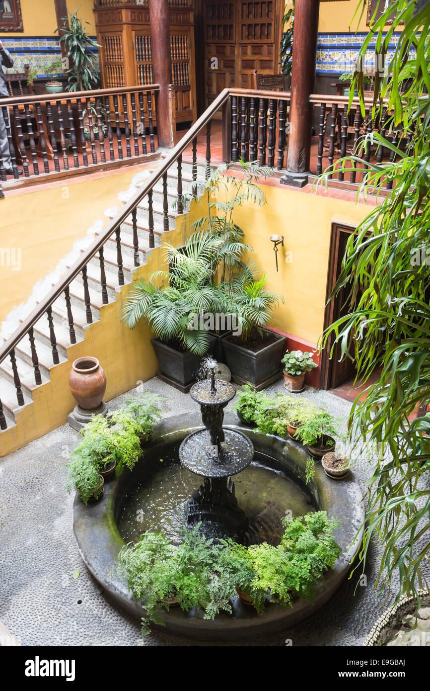 innenhof mit springbrunnen galerie und treppe in das historische haus im kolonialstil casa. Black Bedroom Furniture Sets. Home Design Ideas