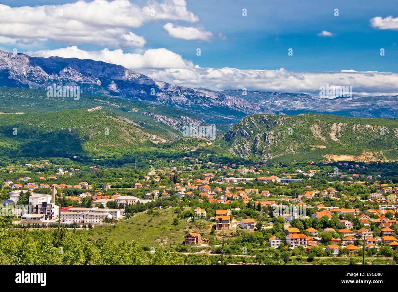 Stadt Knin und Dinara Gebirge Stockbild