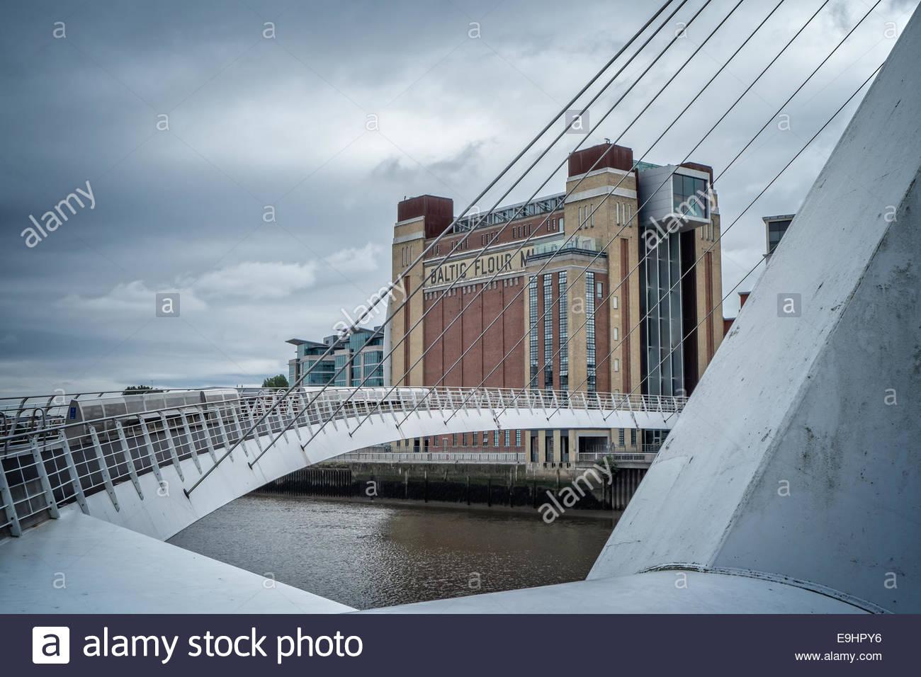 Die Ostsee-Zentrum, Newcastle-upon-Tyne, England über die Millennium Bridge angesehen. Stockfoto