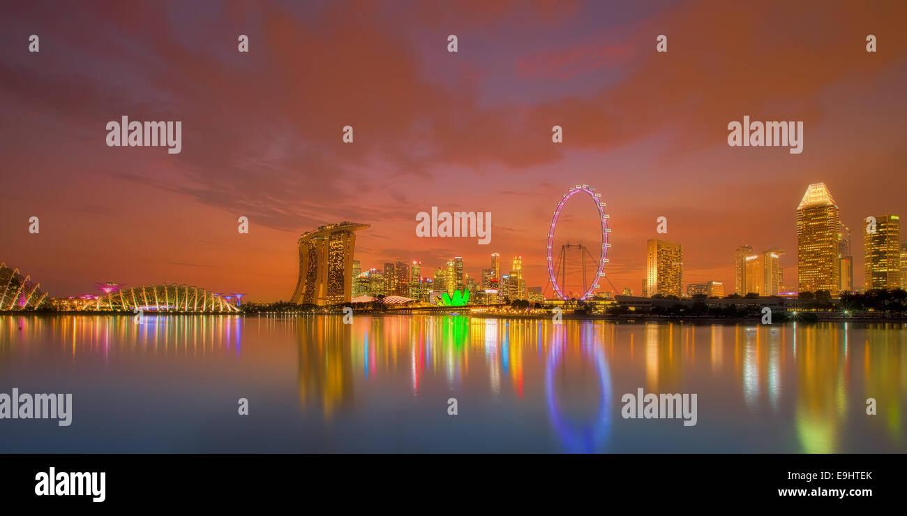 Singapur Skyline bei Sonnenuntergang Stockbild