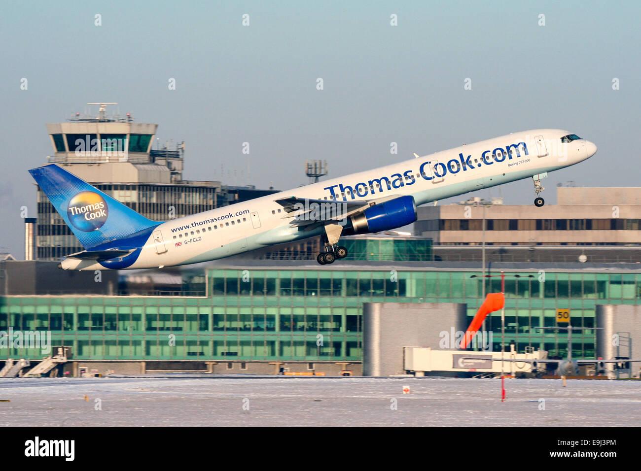 Thomas Cook Boeing 757-200 klettert vom Start-und Landebahn 05 L Manchester Airport. Das Flugzeug zurück nach Stockbild