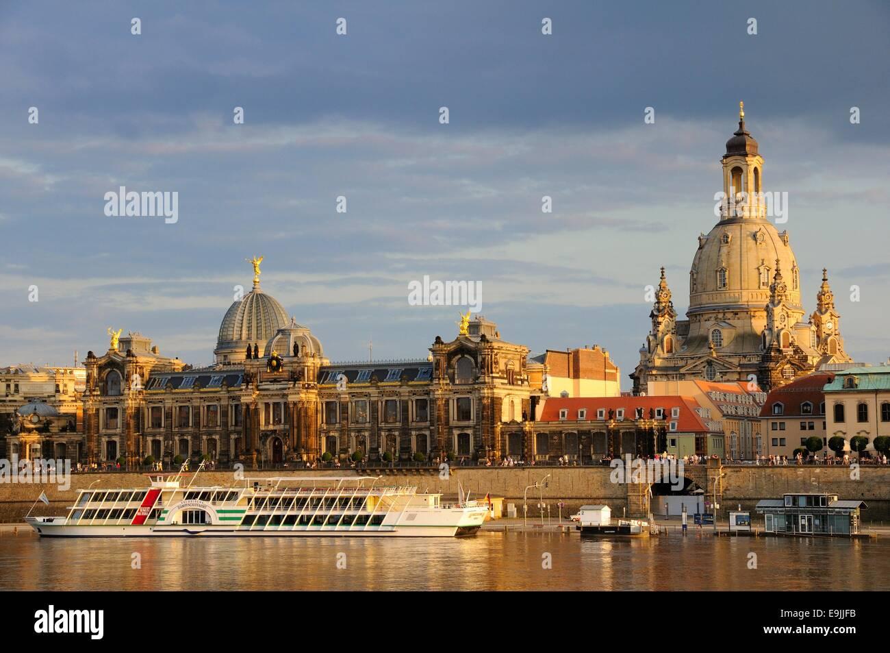 Blick über die Elbe von der Dresdner Akademie der bildenden Künste und die Dresdner Frauenkirche, Frauenkirche, Stockbild