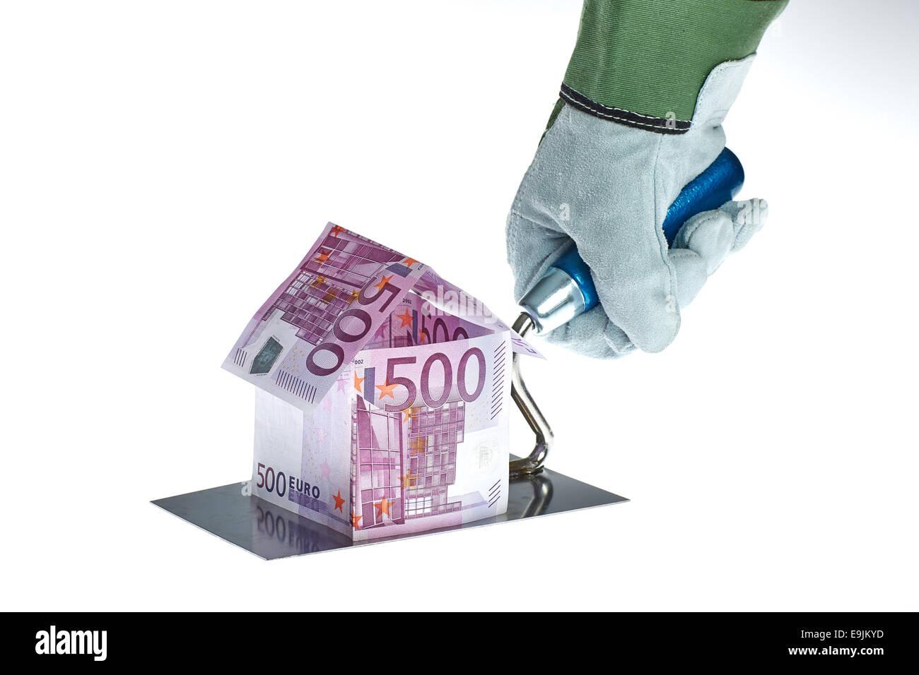 Haus aus 500 Euro-Geldscheinen Auf Einer Arbeiter Kelle Stockbild