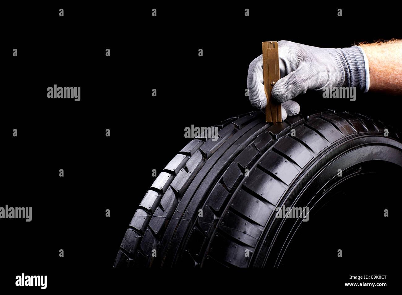 Profil Messen Mit Masstab bin Auto Reifen Stockbild