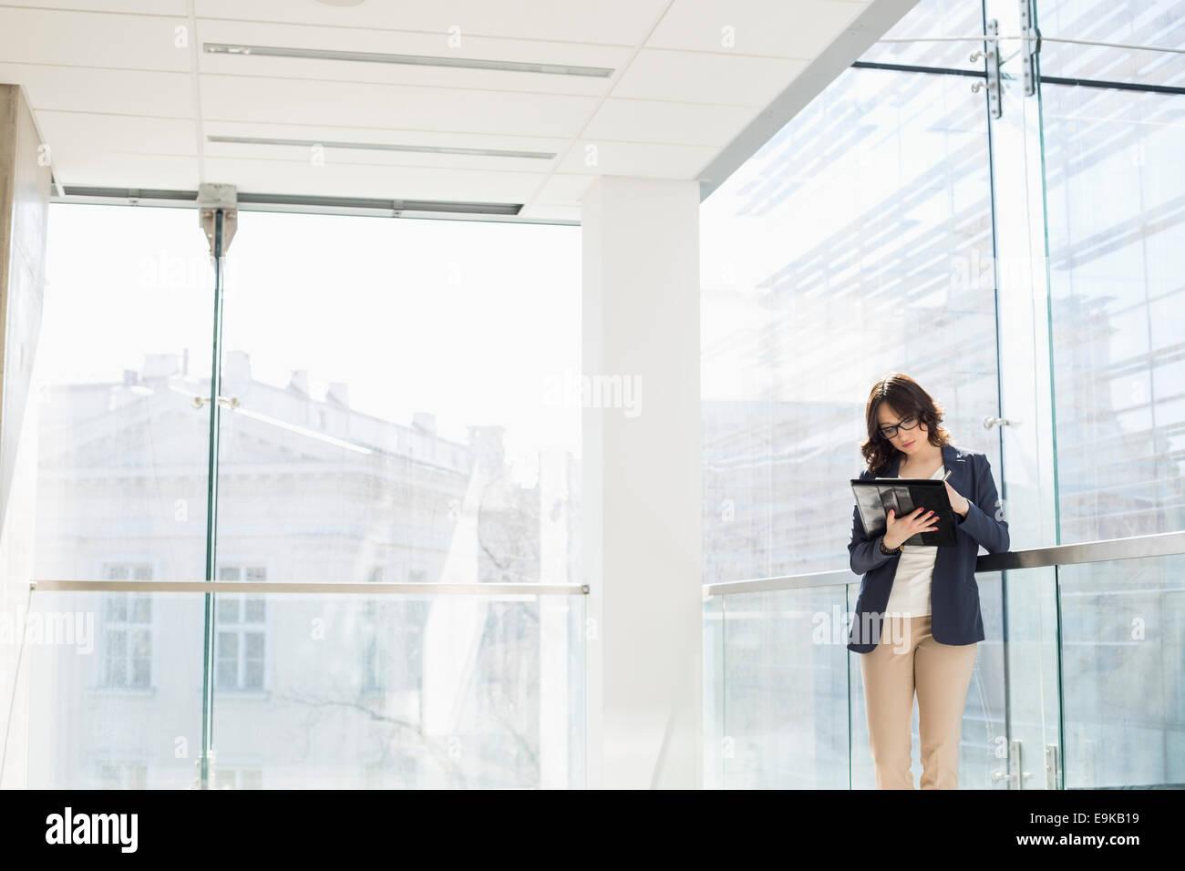 Geschäftsfrau, überprüfen von Dokumenten in office Stockbild