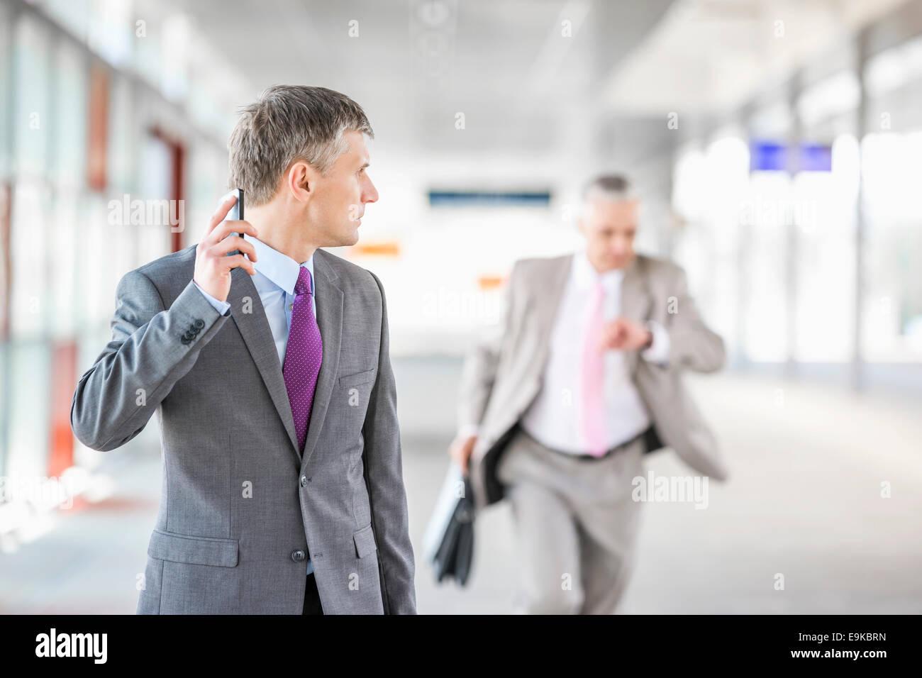 Applying Unternehmer Kollege im Bahnhof laufen zu betrachten Stockbild