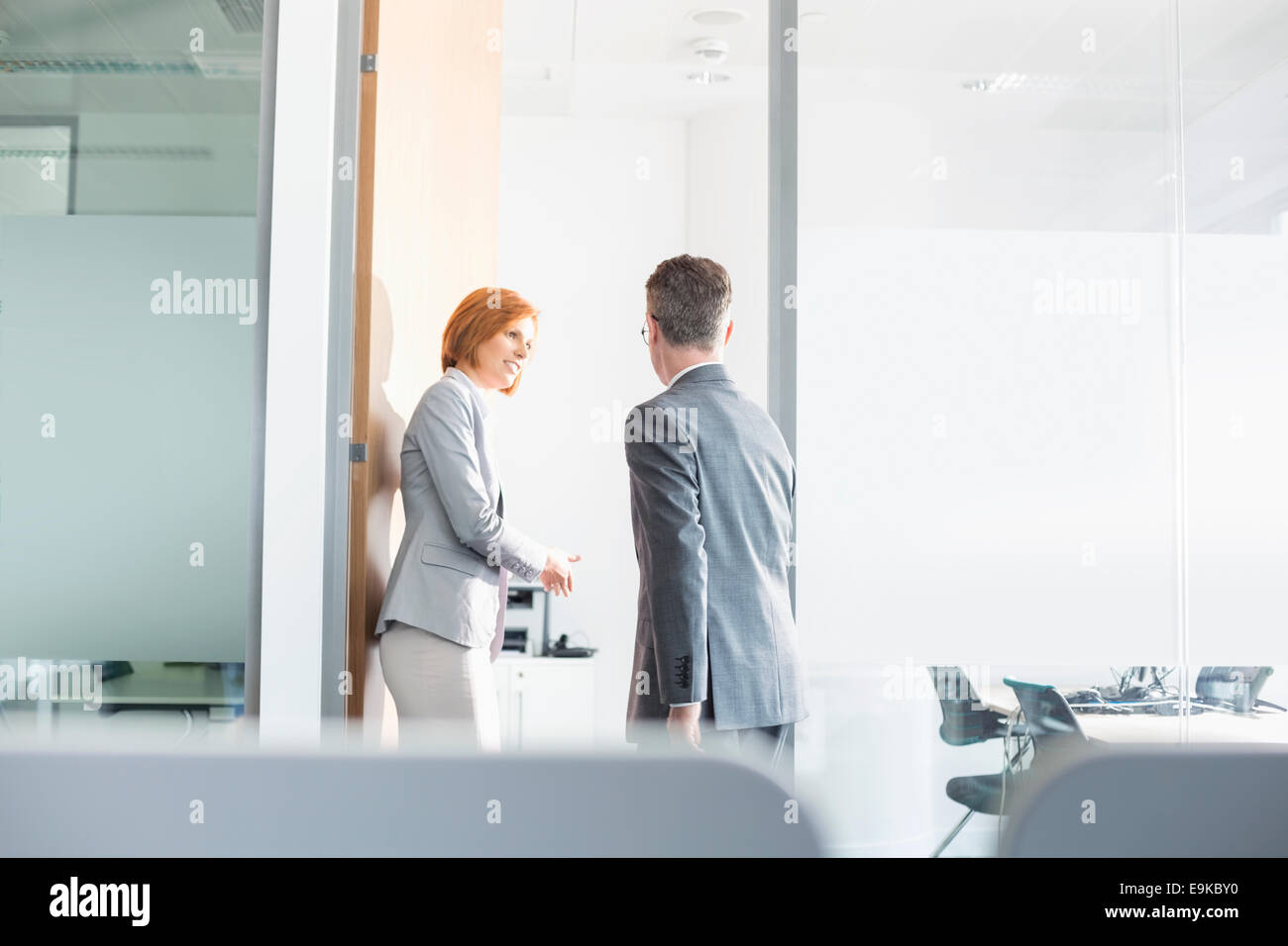Geschäftsleute in Konferenzraum betreten Stockbild