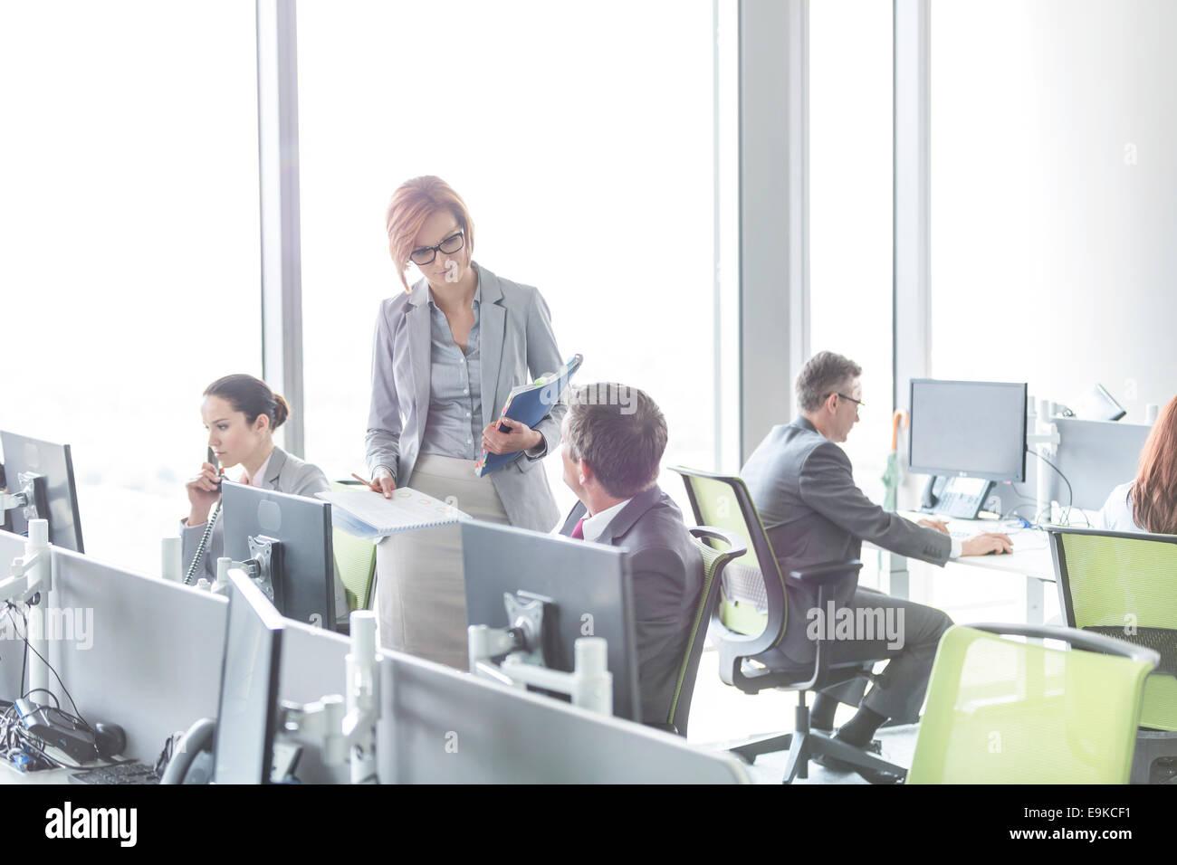 Geschäftsleute im Großraumbüro Stockbild