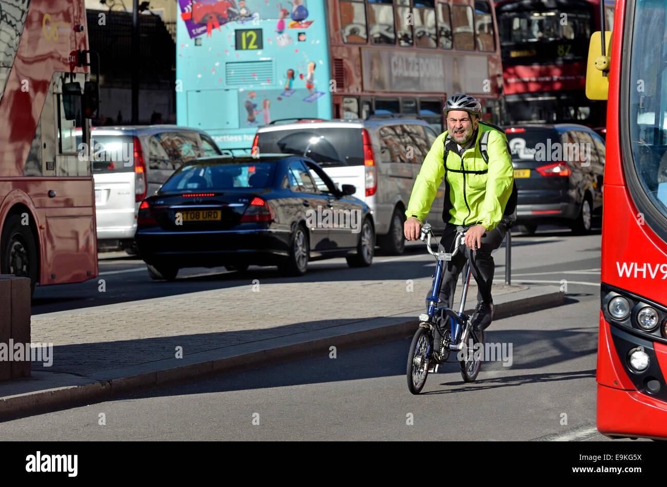 London, England, Vereinigtes Königreich. Mann auf ein Faltrad in Whitehall Stockbild