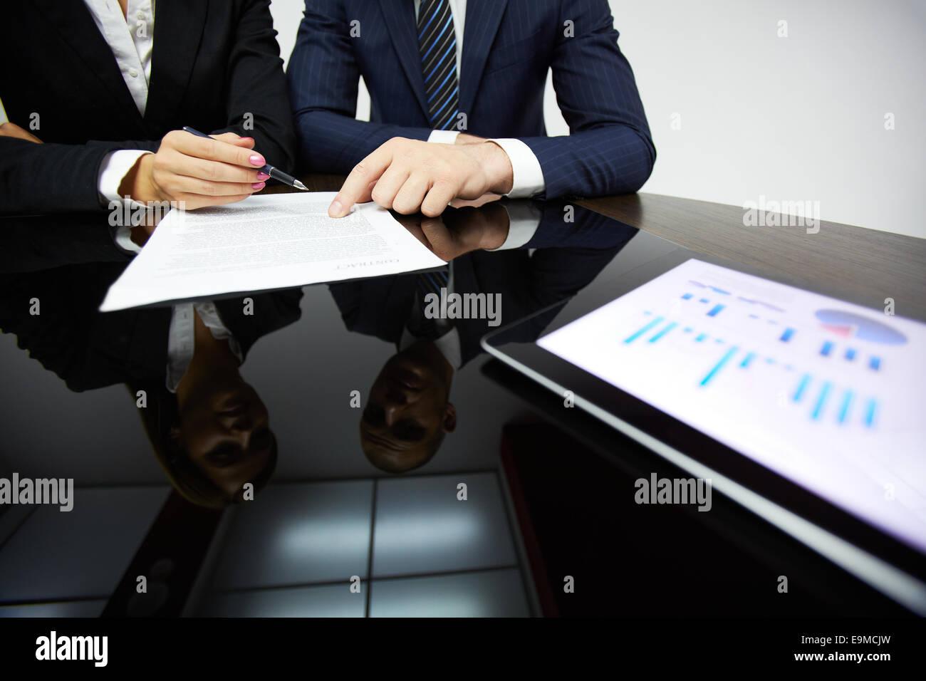 Business Partner Hände während des Lesens Vertrag Stockfoto, Bild ...