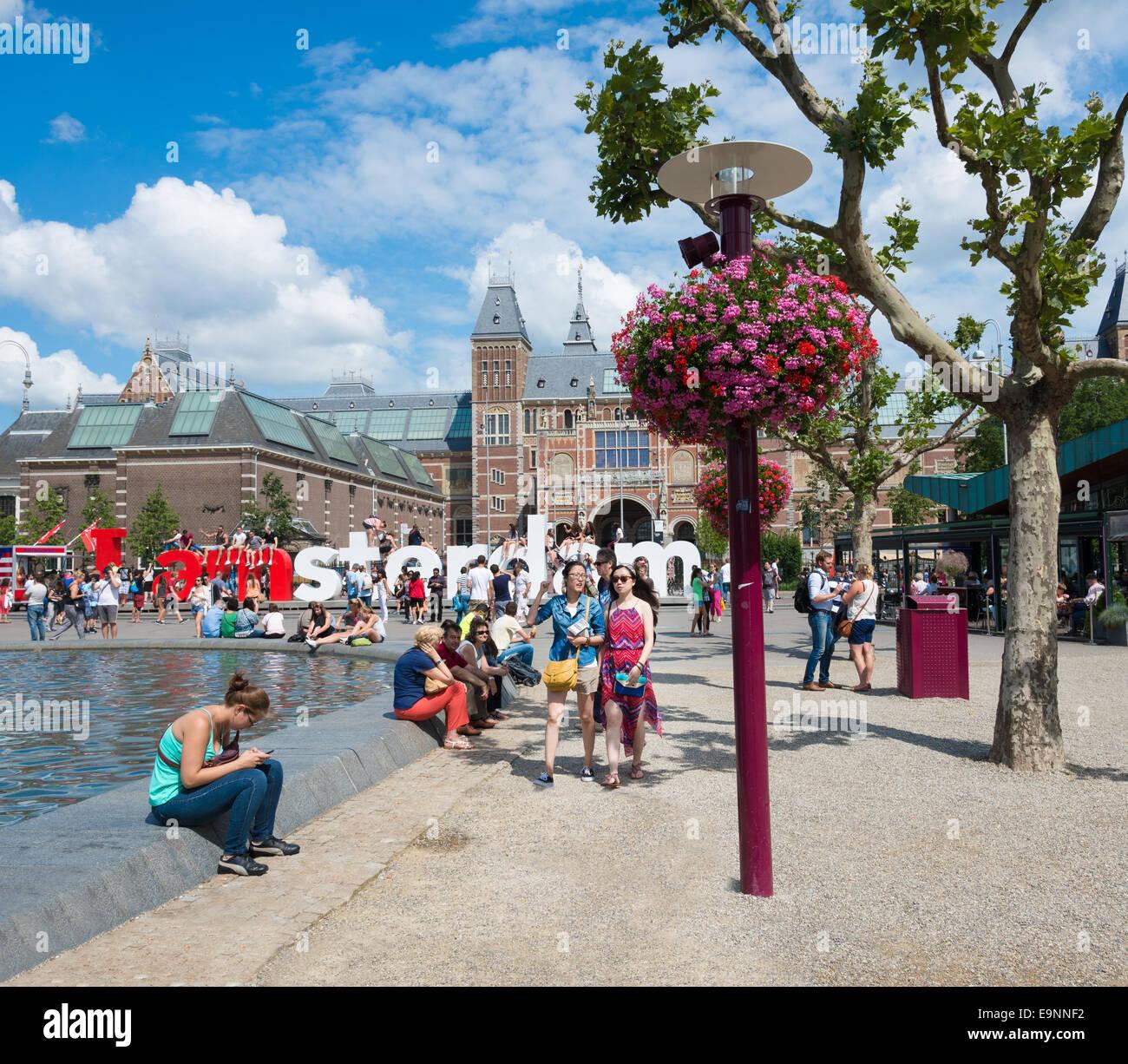 """AMSTERDAM, ca. AUGUST 2014: Touristen fotografieren mit dem Wort Riesen in Museumplein """"Ich bin Amsterdam"""". Stockbild"""